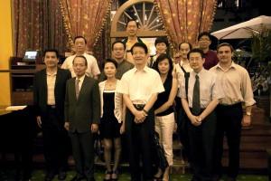 前排左一,傅理事長;左二,侯清山代表;右二,吳玉山理事