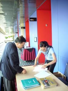 高理事長永光在國際政治學會「理事會會議-主席選舉」議場簽到