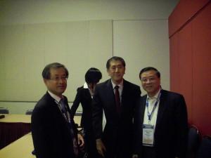 高理事長永光(右)與新任執行委員會委員Chan Wook Park (韓國政治學會主席)(左)交流