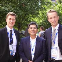 陳祕書長啟清(中)與國際政治學學生學會Philp Aepler(德國) (左)、Reint Jan Groot Nuelend(荷蘭) (右)合影